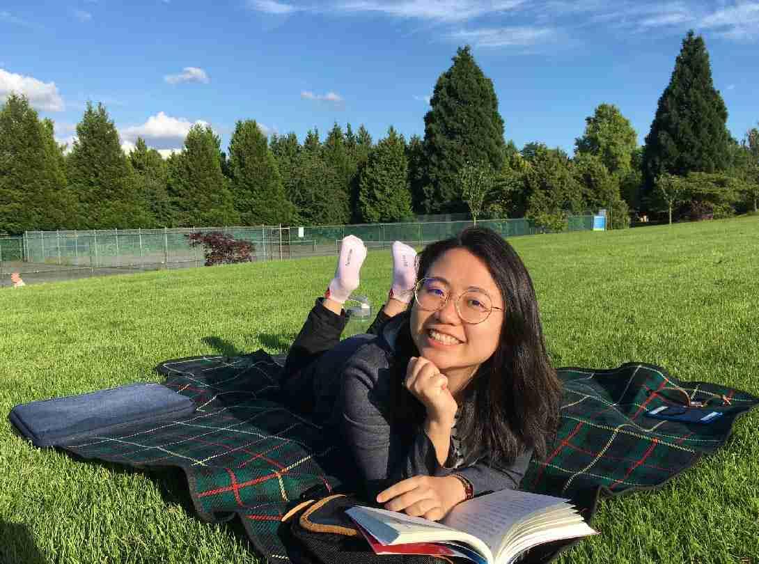 加拿大生活觀察-草地上讀書工作